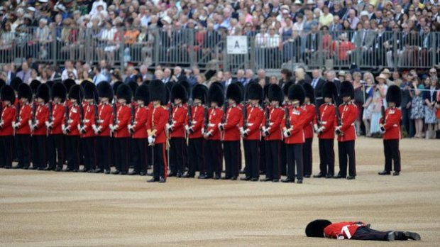 queens-guard-faints-afp.jpg